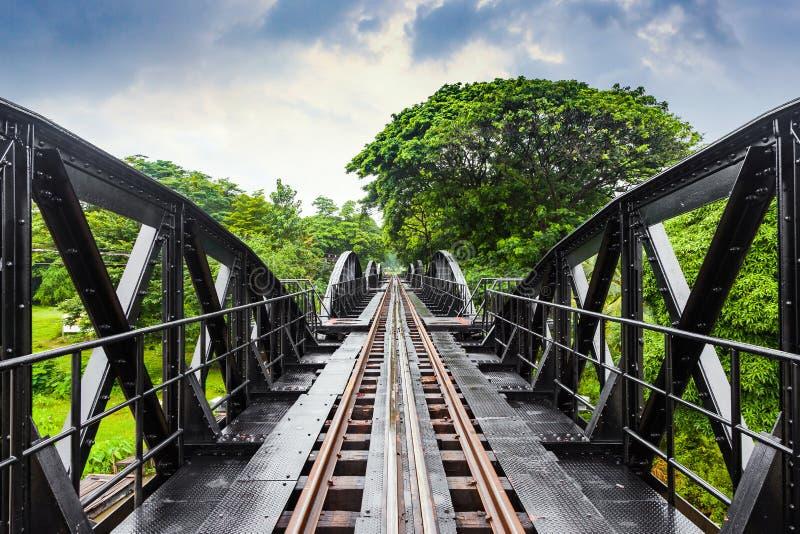 Puente ferroviario de la historia de la guerra mundial, río Kwai, Tailandia del metal imagen de archivo