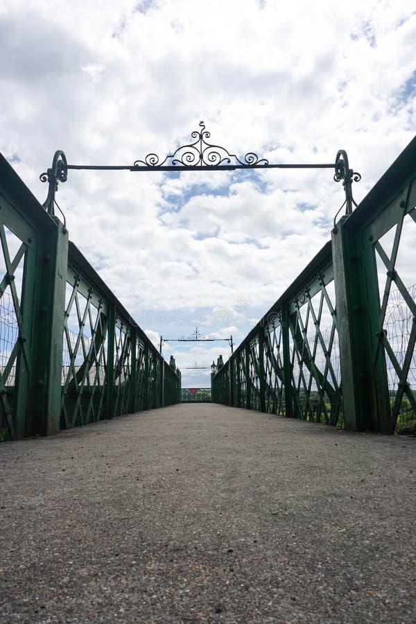 Puente ferroviario del mediados de vapor de Hants imagen de archivo libre de regalías
