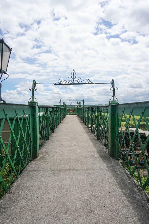 Puente ferroviario del mediados de vapor de Hants foto de archivo