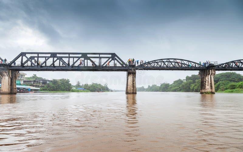 Puente ferroviario en la nube de lluvia, río Kwai, Kanchanaburi, Tailandia fotografía de archivo