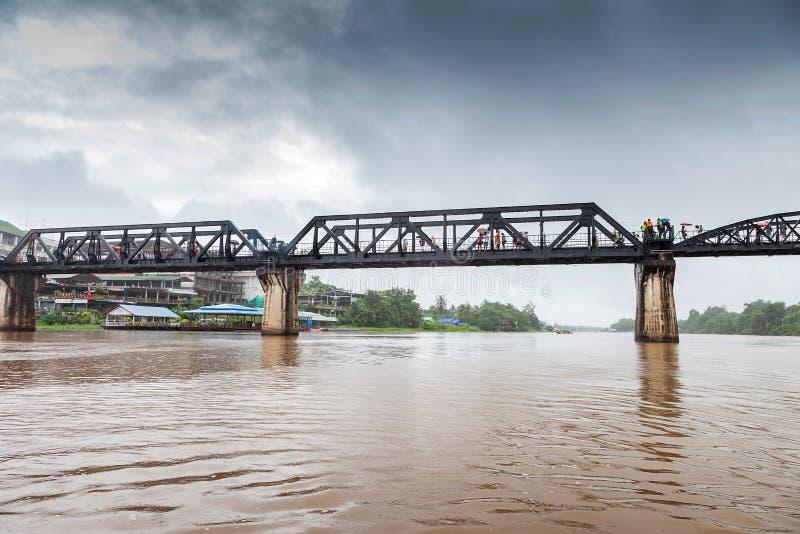 Puente ferroviario en la nube de lluvia, río Kwai, Kanchanaburi, Tailandia fotos de archivo