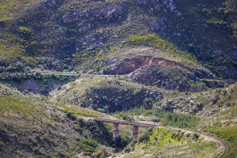 Puente ferroviario a través de una cordillera masiva - Somerset West, Western Cape, Suráfrica imágenes de archivo libres de regalías