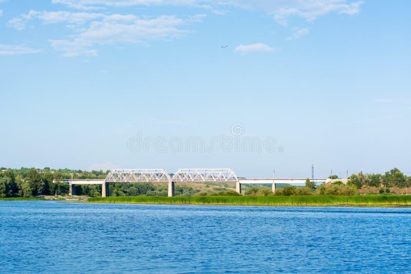 Puente ferroviario a través del río Sok en el pueblo imagen de archivo