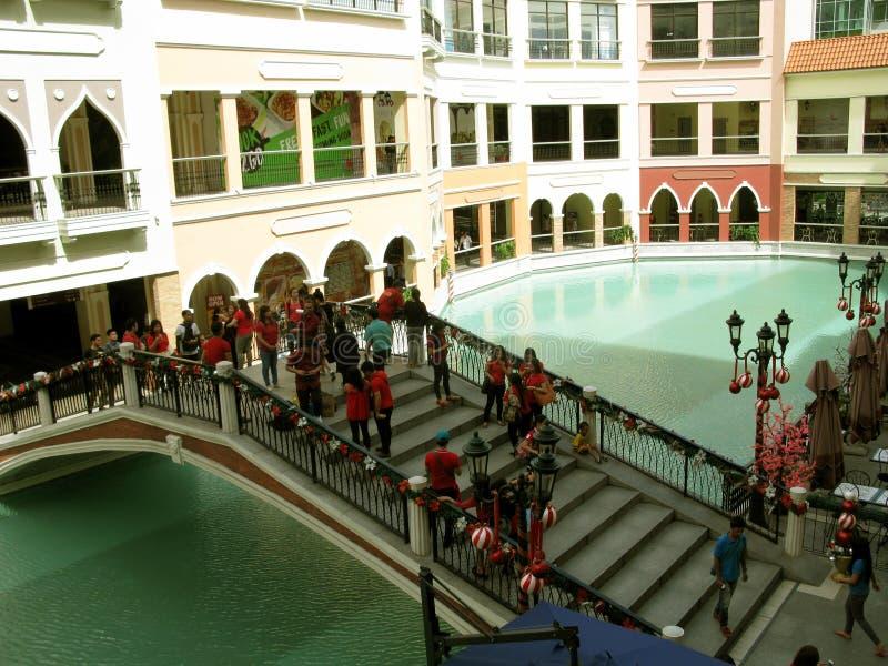 Puente festivo, alameda de Venecia Grand Canal, Taguig, metro Manila, Filipinas imagen de archivo libre de regalías