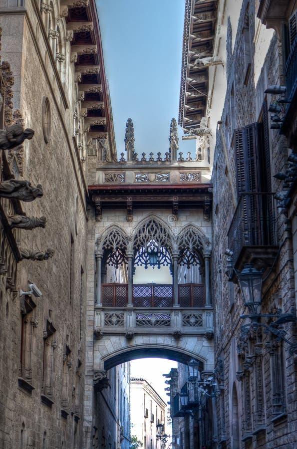 Puente gótico en Carrer del Bisbe, Barcelona, España foto de archivo