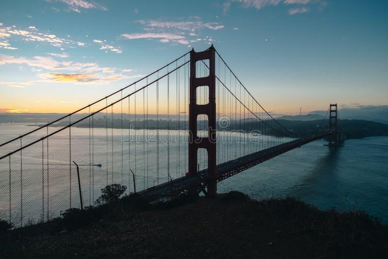 Puente Golden Gate de la salida del sol de la silueta encima de la parte posterior del punto de visión fotografía de archivo libre de regalías