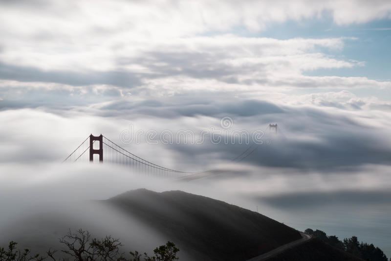 Puente Golden Gate debajo de la niebla intensa imagenes de archivo