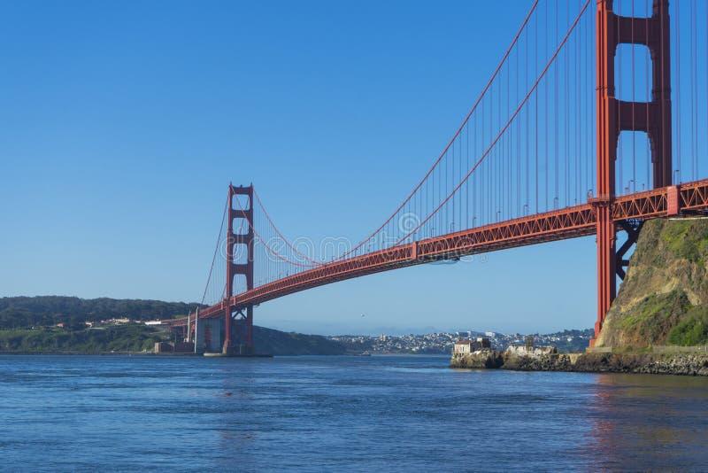 Puente Golden Gate en la luz de la ma?ana que mira de la bah?a de herradura foto de archivo