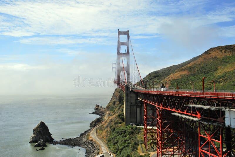 Puente Golden Gate en la salida del sol rodeado por la niebla, San Francisco imágenes de archivo libres de regalías