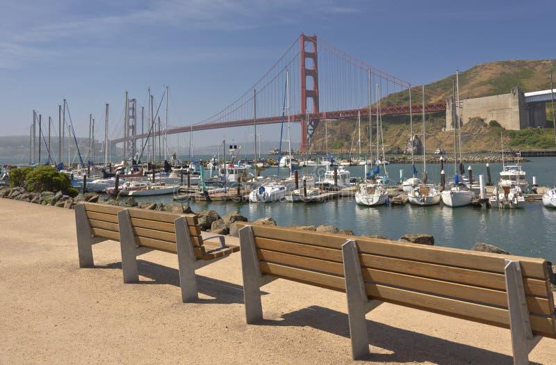 Puente Golden Gate y puerto deportivo en California septentrional fotos de archivo