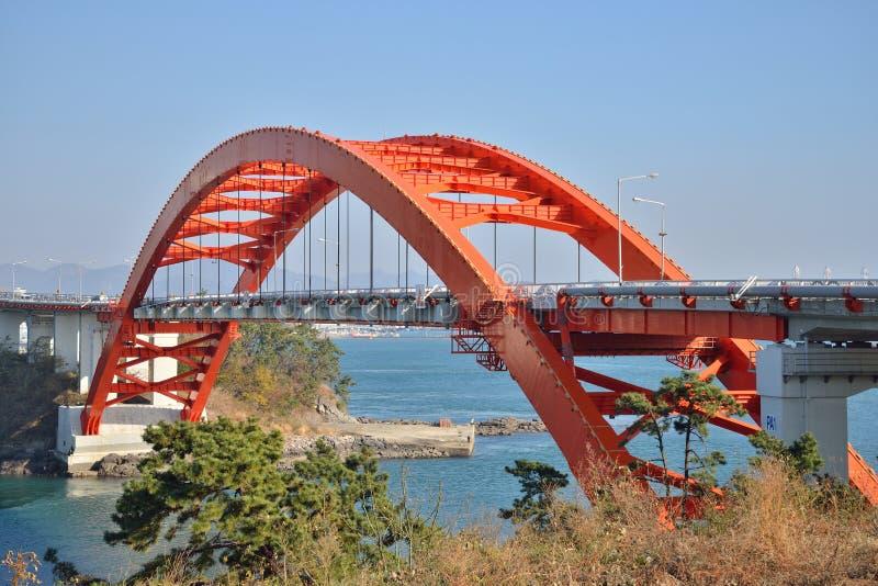 Puente grande del arco en Samcheonpo fotos de archivo