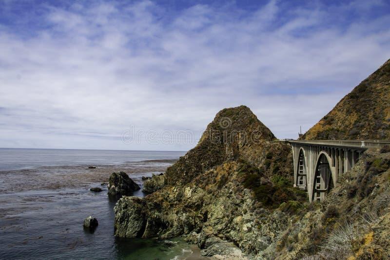 Puente grande en una carretera costera fotos de archivo libres de regalías