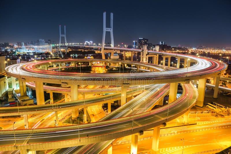 Puente hermoso del nanpu de Shangai en la noche imágenes de archivo libres de regalías