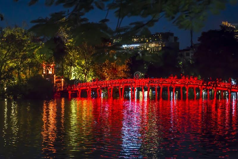 Puente iluminado de Huc, lago Hoan Kiem, Hanoi, Vietnam fotos de archivo