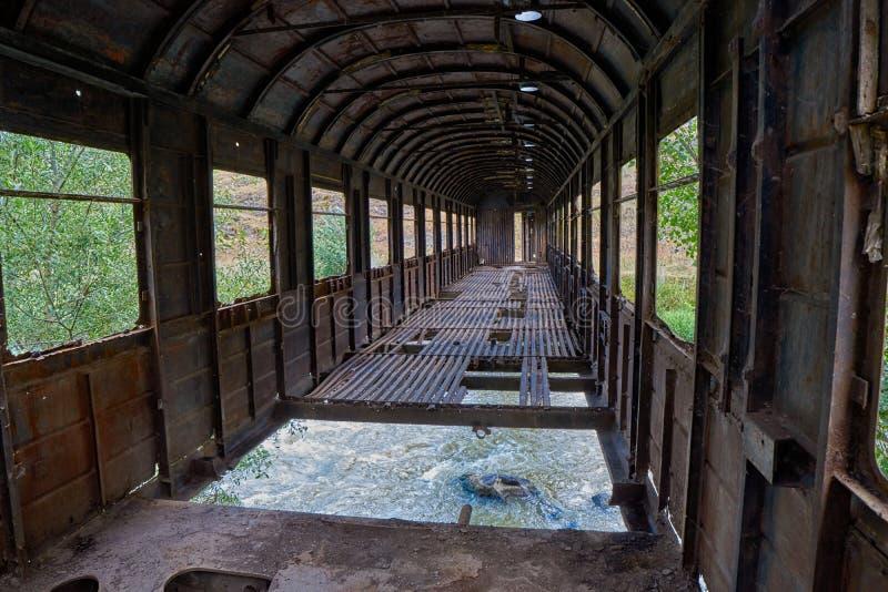 Puente interior hecho del coche de tren abandonado viejo en Georgia fotos de archivo