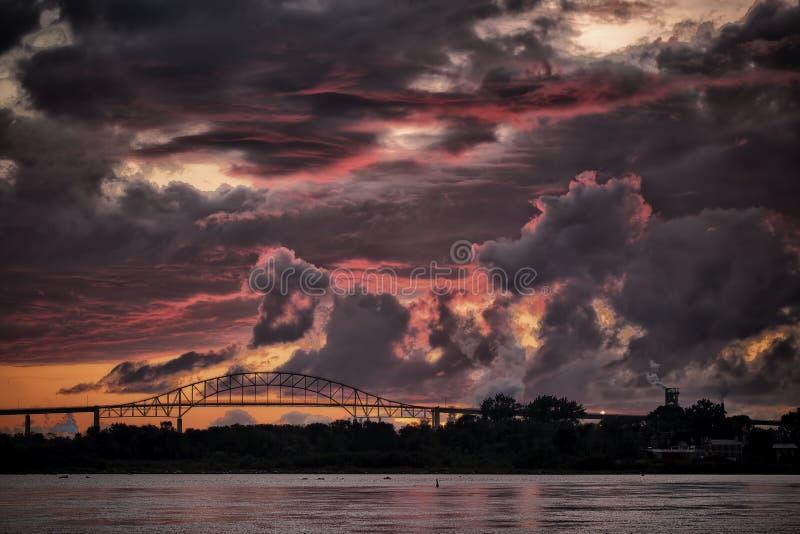 Puente internacional en la puesta del sol fotografía de archivo
