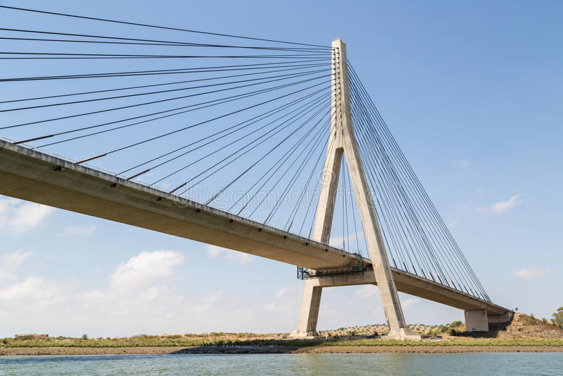 Puente internacional, ligando Portugal y España sobre el río de Guadiana fotos de archivo