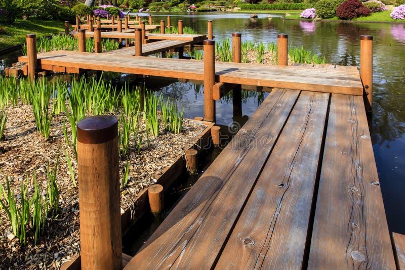 Puente japonés del pie del jardín imagen de archivo