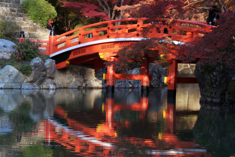 Download Puente japonés en caída imagen de archivo. Imagen de lago - 7281241