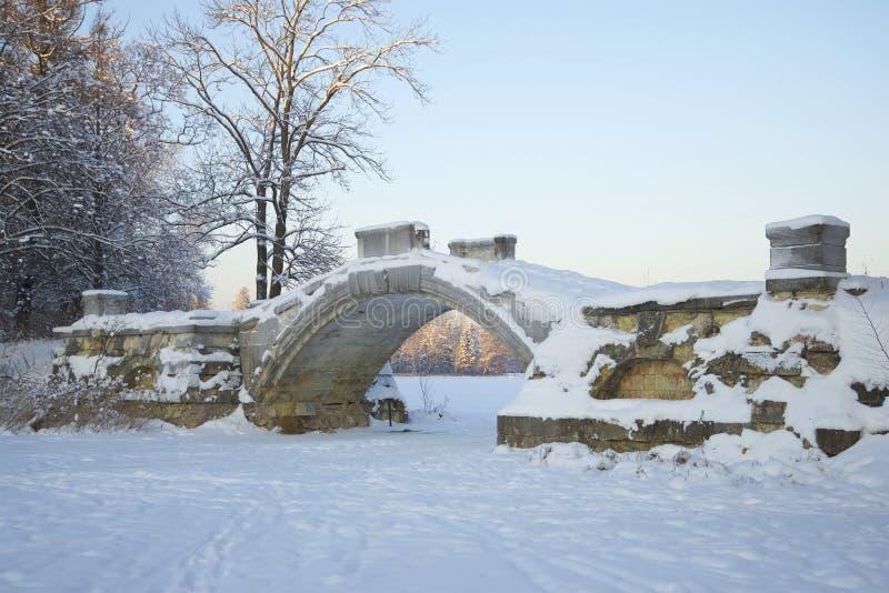 Puente jorobado en el crepúsculo de enero Gatchina, región de Leningrad imágenes de archivo libres de regalías
