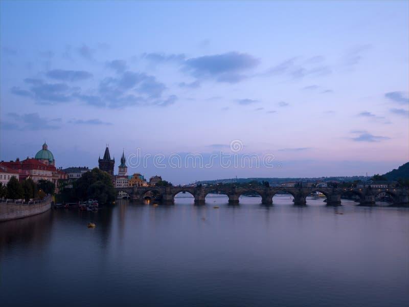 Puente Karluv de Charles lo más en el centro posible de Praga, República Checa foto de archivo libre de regalías