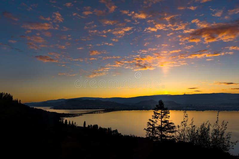 Puente Kelowna A.C. Canadá del lago Okanagan en la salida del sol imagen de archivo