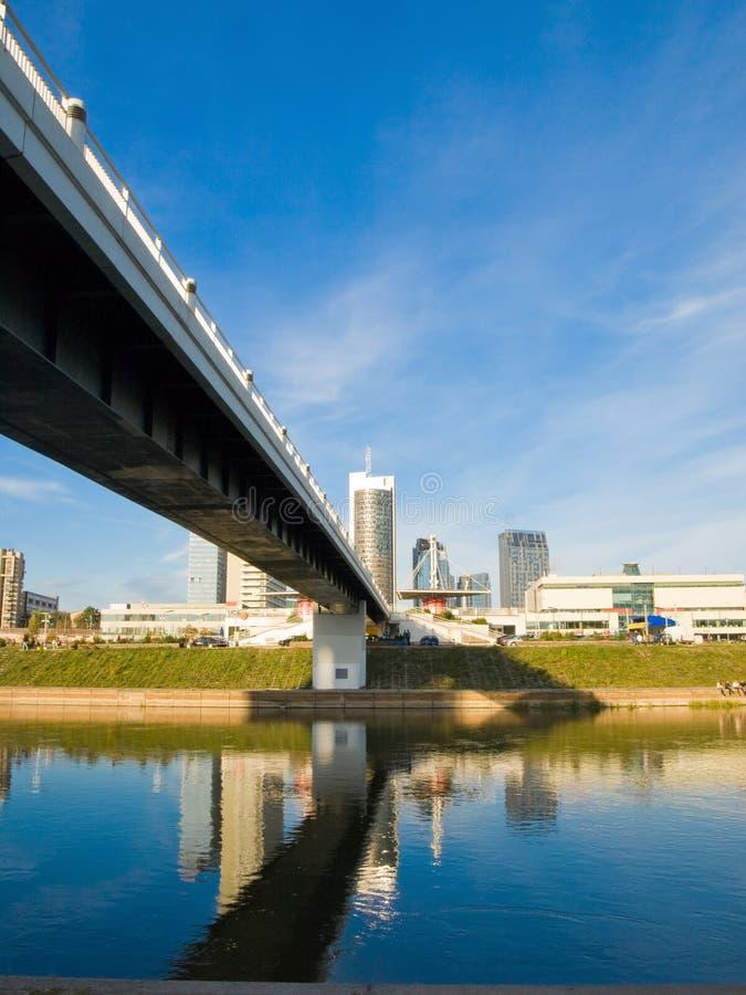 Puente a la ciudad imagen de archivo