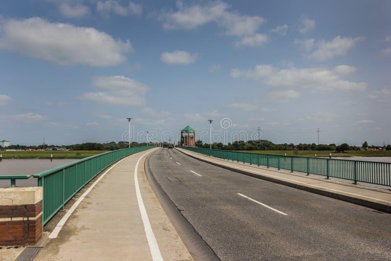 Puente a la ciudad alemana de la mirada de soslayo fotos de archivo