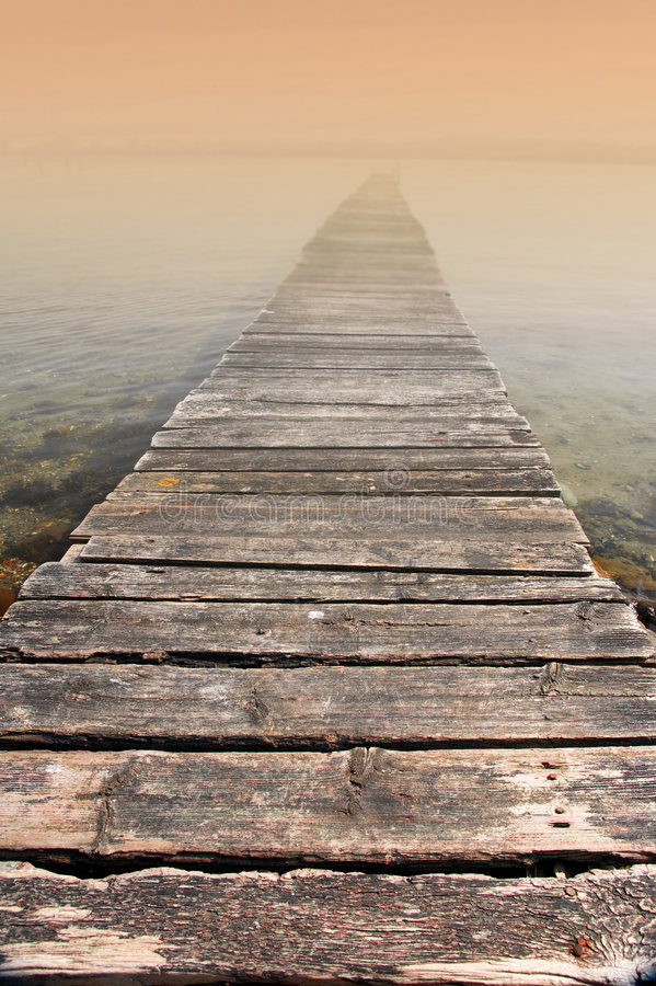 Puente a la eternidad - mañana brumosa fotografía de archivo