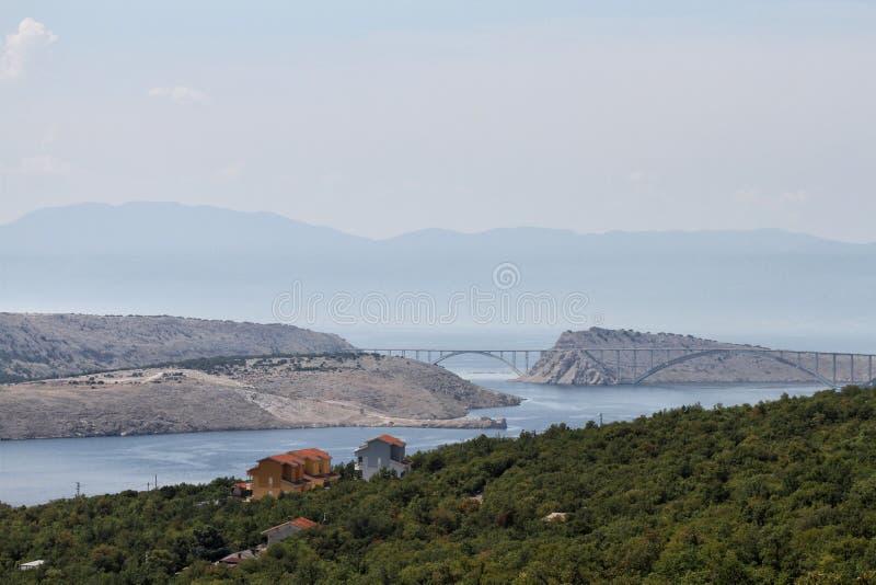 Puente a la isla de KRK según lo visto del camino E65 fotografía de archivo