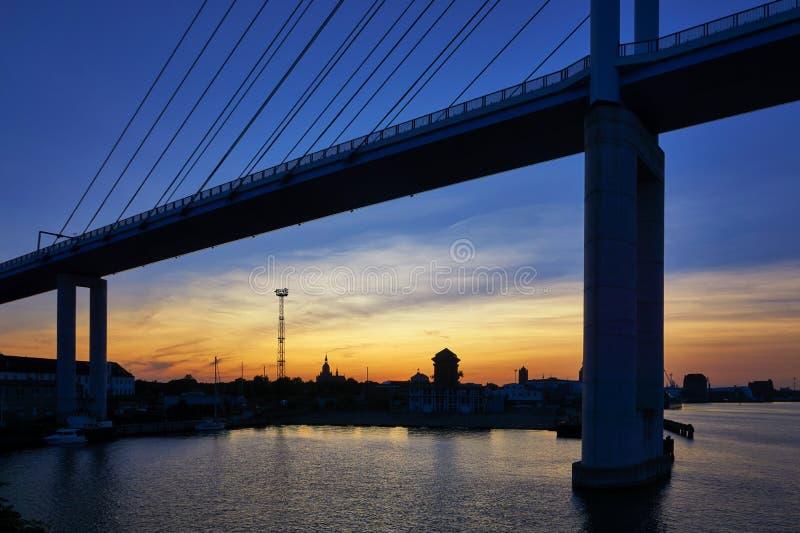 Puente a la isla de Rügen con puesta de sol y vista de Stralsund. Alemania fotos de archivo