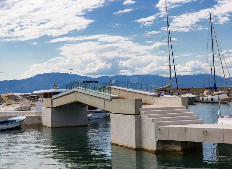 Puente a la pequeña isla foto de archivo