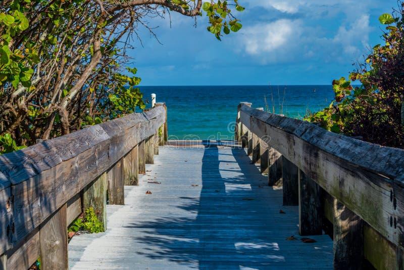 Puente a la playa fotos de archivo libres de regalías