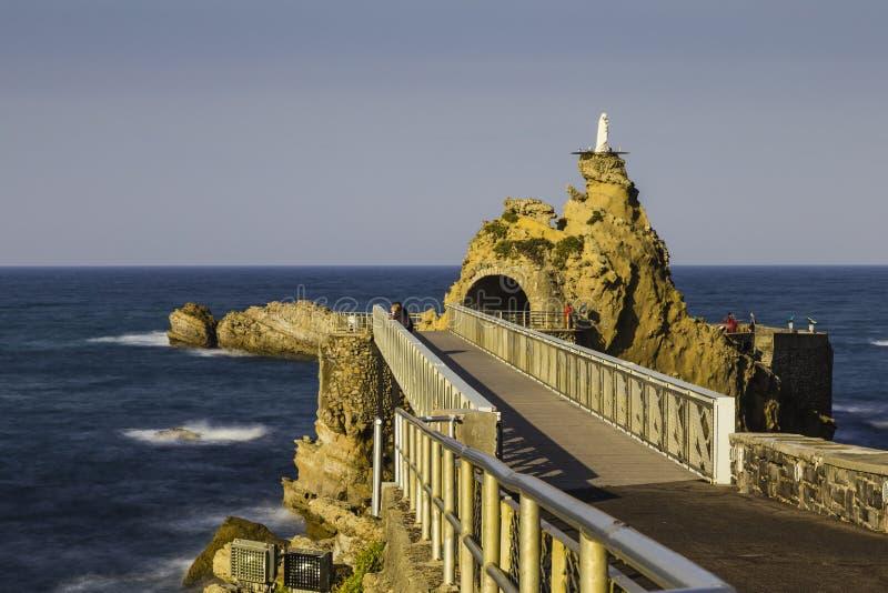 Puente a la roca de Rocher de la Vierge en Biarritz, Francia fotografía de archivo