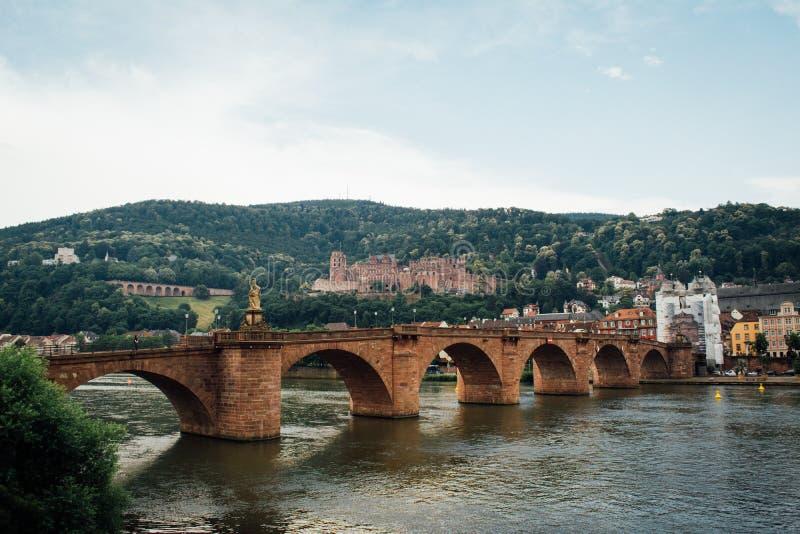 Puente a las ciudades de Heidelberg a lo largo del río Rhine en Heidelberg Alemania imagen de archivo libre de regalías