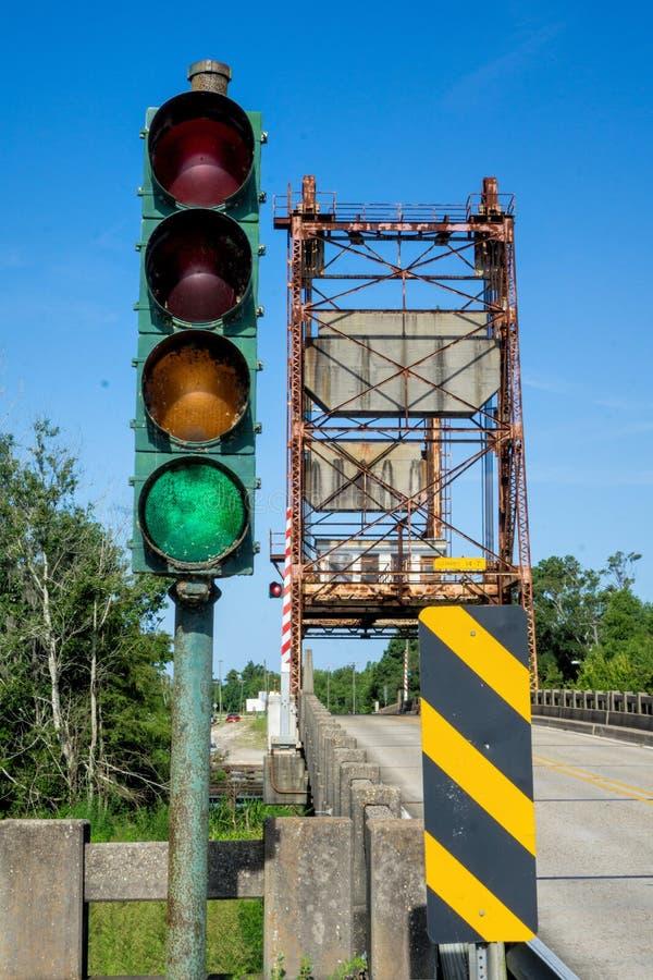 Puente levadizo de Rvier y semáforo fotos de archivo libres de regalías