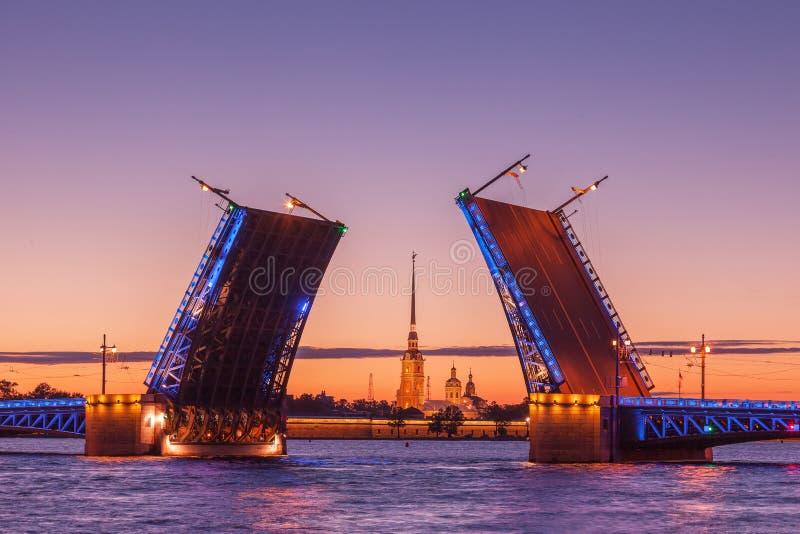 Puente levadizo del palacio, noches blancas en St Petersburg, Rusia foto de archivo