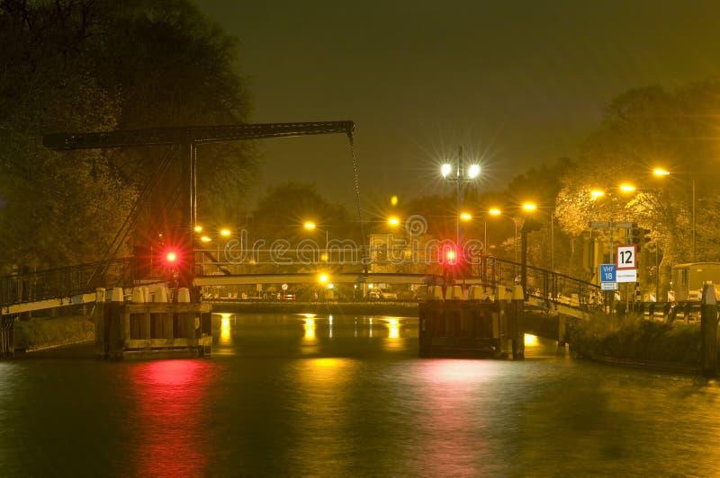 Puente levadizo en la noche foto de archivo