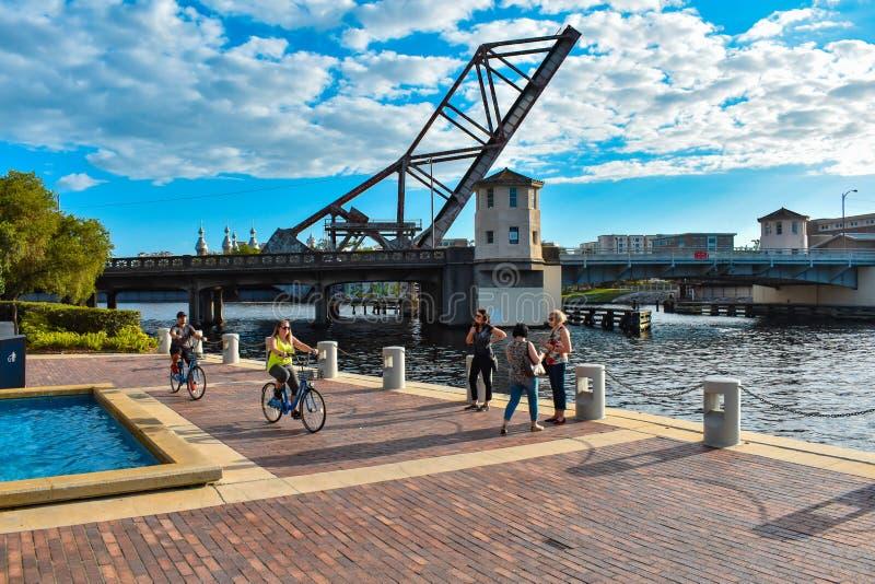 Puente levadizo y gente biking en el centro de la ciudad del riverwalkin fotografía de archivo libre de regalías