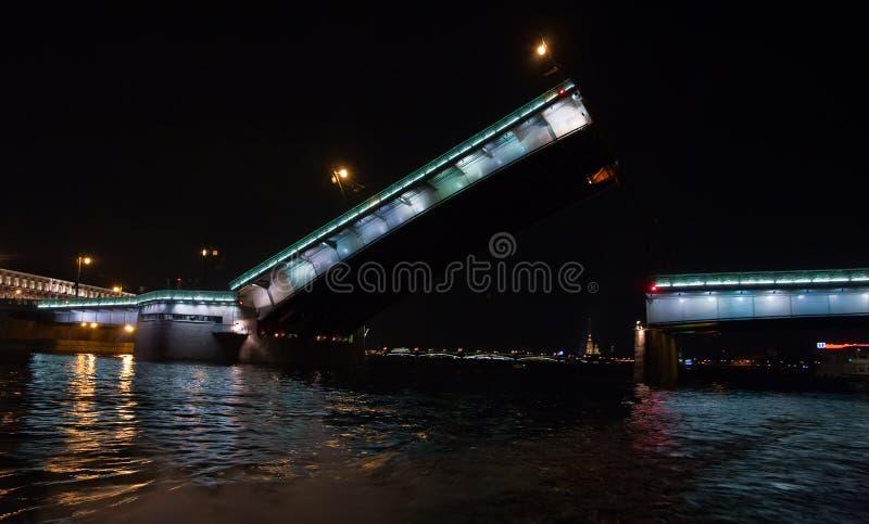 Puente levantado de Liteiniy en St Petersburg imágenes de archivo libres de regalías