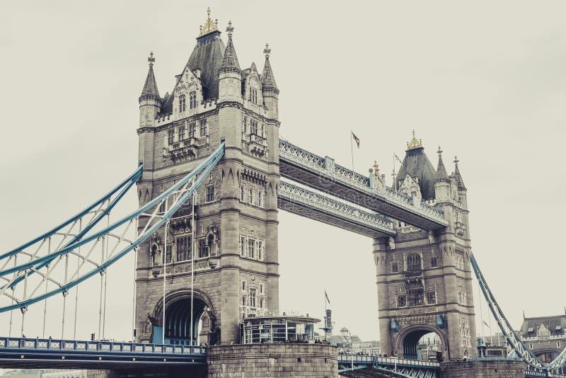 Puente Londres, visión horizontal de la torre foto estilizada imagen de archivo