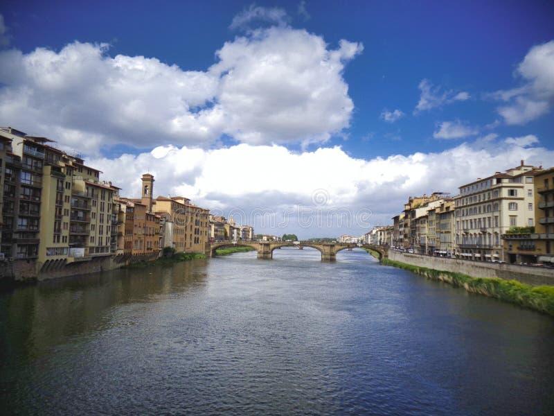 puente maravilloso sobre el río con las nubes foto de archivo libre de regalías