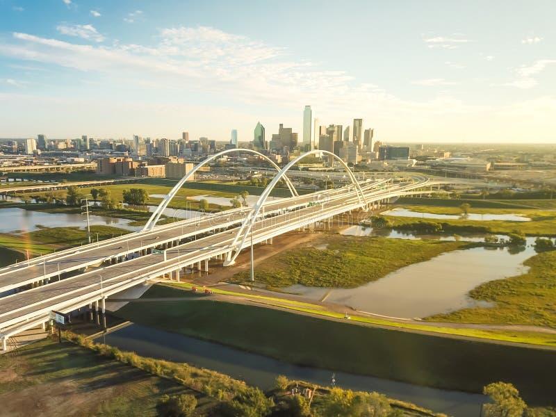Puente Margaret McDermott de la señal de Dallas de la visión superior en el desbordamiento el río Trinity y las torres céntricas imagenes de archivo