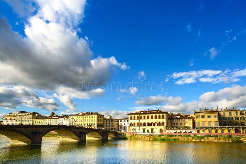 Puente medieval de Carraia en el río de Arno, paisaje de la puesta del sol. Florenc fotos de archivo