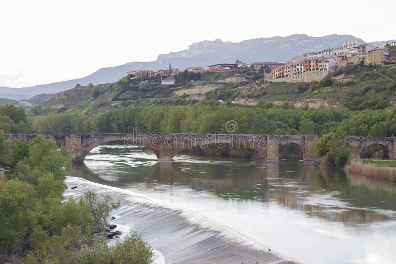 Puente medieval en San Vicente de la Sonsierra, La Rioja, España imágenes de archivo libres de regalías