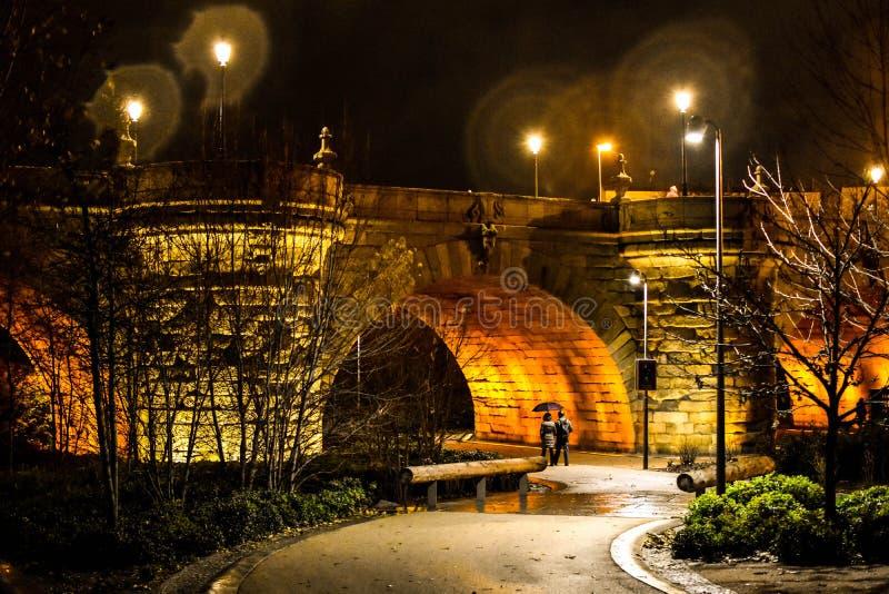 Puente medieval, noche del centro de ciudad de Madrid, España fotografía de archivo libre de regalías