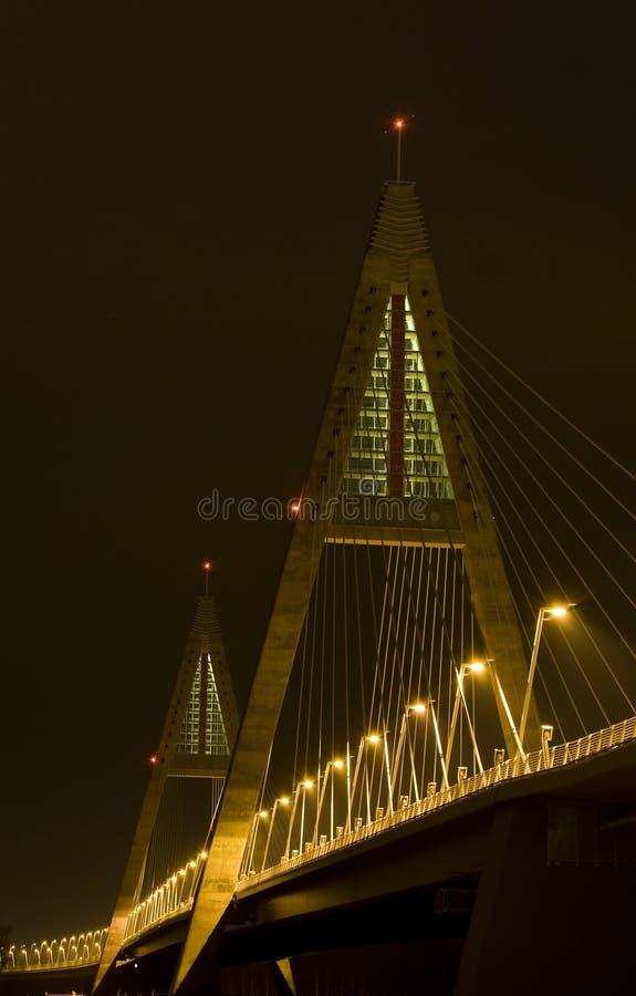 Puente moderno brillantemente encendido imagen de archivo libre de regalías