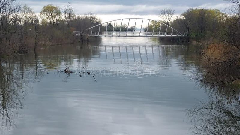Puente moderno del río en Canadá imágenes de archivo libres de regalías