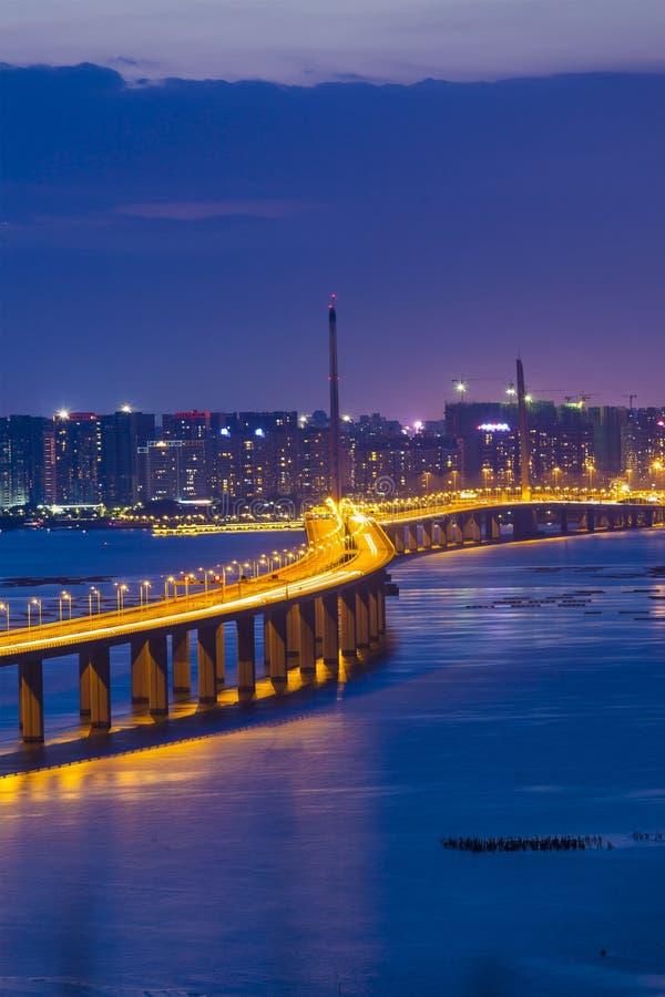Puente moderno en la noche imagen de archivo libre de regalías