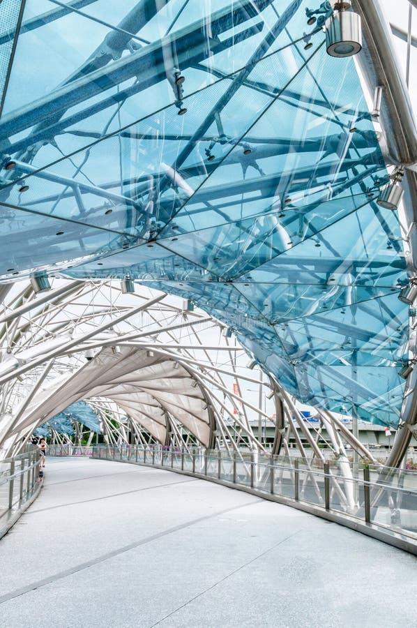 Puente moderno en las arenas de la bahía del puerto deportivo, Singapur de la hélice imagenes de archivo